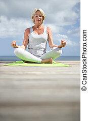 ejercicios, mujer mayor, yoga