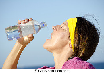 ejercitar, mujer madura, agua potable