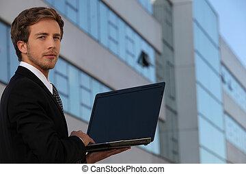 ekran, czysty, młody, biznesmen, używający laptop