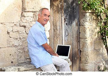 ekran, czysty, używając, senior, laptop, człowiek