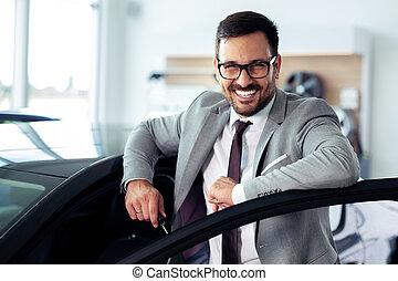 ekspedient, na, wóz dealership, sprzedajcie, pojazd