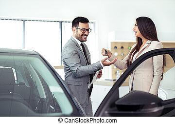 ekspedient, sprzedajcie, wozy, na, wóz dealership