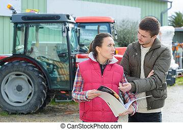 ekspedientka, przekonywający, młody, famrer, żeby kupić, nowy, rolniczy mechanizm