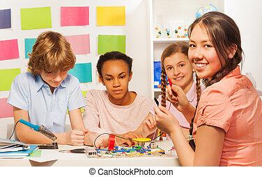 elétrico, corrente, estudantes, escrivaninha, modelo, criando