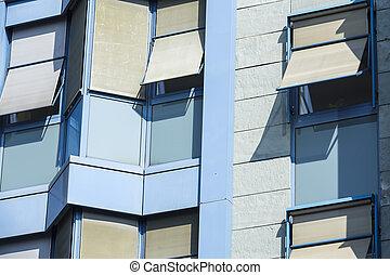 elülső, épülethomlokzat, közül, egy, kortárs, kék, irodaépület, noha, windows