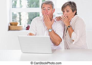 elülső, párosít, öreg, laptop, meglepődött
