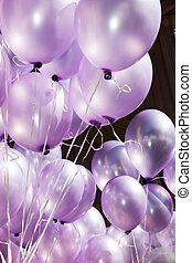 el, aire, es, llenado, con, festivo, púrpura, globos