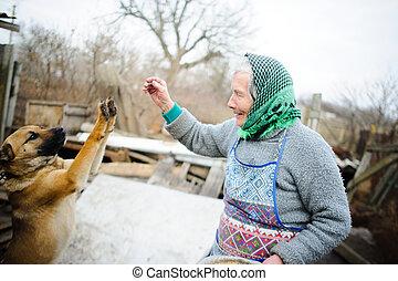 el, anciano, countrywoman, juegos, con, un, puppy.