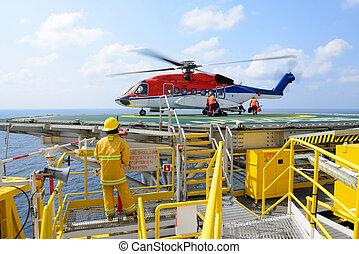 el, aterrizaje, oficial, ser, equipaje carga, de, pasajero, a, helicóptero, en, plataforma petrolera, plataforma