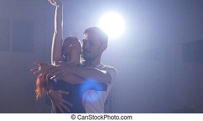 Habitación, baile, pareja, joven, oscuridad, humo, bachata.