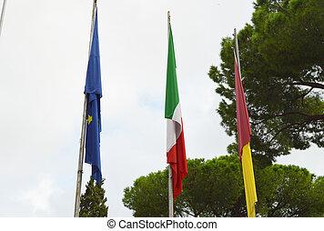 el, bandera nacional, de, italia, el, unión europea, eu, bandera, de, la ciudad, de, roma, en, el, asta, cerca, la ciudad, vestíbulo, de, roma, en, 7, octubre, 2018