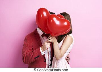 el besarse de los pares, atrás, globos