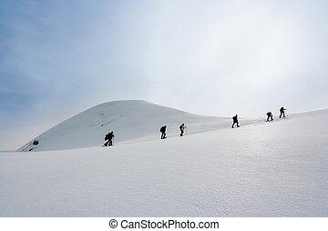 el caminar de la gente, con, nieve, raquetas, hacia, la cumbre, de, un, colina