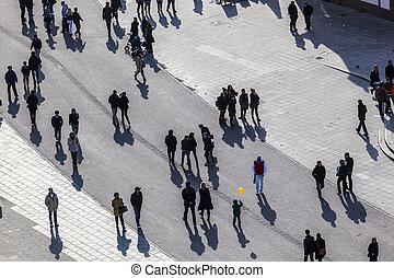 el caminar de la gente, sombras, calle, largo