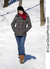 el caminar de la mujer, en, nieve