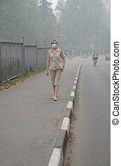el caminar de la mujer, en, pesado, niebla tóxica