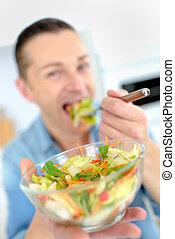 el comer sano, ensalada, hombre
