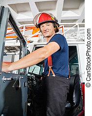el estar parado sonriente, camión, bombero
