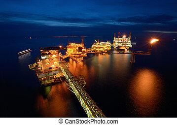 el, grande, plataforma petrolífera cercana costa, plataforma, por la noche