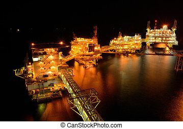 el, grande, plataforma petrolífera cercana costa, por la noche