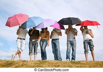 el, grupo de las personas, estantes, con, el, paraguas, en, a, pradera