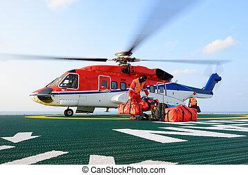 el, helicóptero, aterrizaje, oficial, equipaje carga, a, helicóptero, en, plataforma petrolera, plataforma