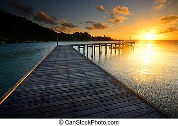 el, hermoso, muelle de madera, con, salida del sol, en,...