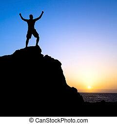 el ir de excursión del hombre, éxito, silueta, en, montañas