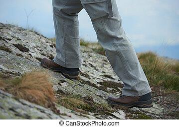 el ir de excursión del hombre, botas, viajando arduamente