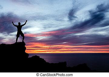 el ir de excursión del hombre, silueta, en, montañas, océano, y, ocaso