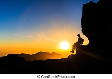 el ir de excursión del hombre, silueta, en, montañas, ocaso, libertad