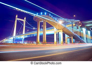 el, luz arrastra, en, el, moderno, puente colgante, plano de...