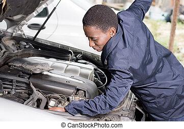 el, mecánico, mira, el, motor, de, un, coche, en, ella, taller