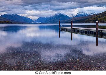 el, muelle, en, lago, macdonald, en, glaciar, nacional, park.