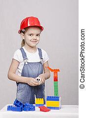 el, niña, casco, juegos, en, constructor