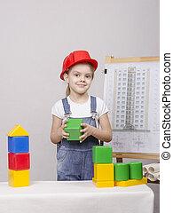 el, niña, en, casco, construye, un, casa, en, dibujo