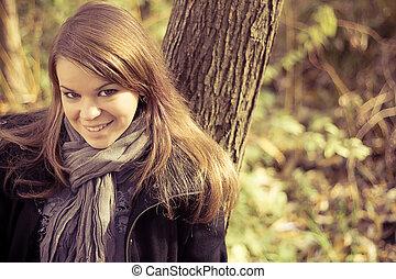 el, niña, luego, árboles de otoño