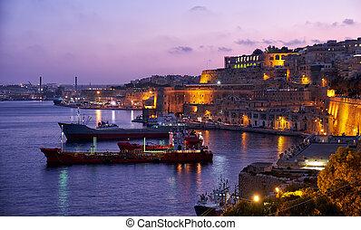 el, noche, vista, de, magnífico, puerto, con, el, carga envía, amarrado, cerca, s., barbara, bastión, valletta.