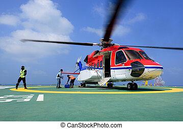 el, oficial, cuidado de la toma, pasajero, y, cargamaento, equipaje, a, helicóptero, en, plataforma petrolera