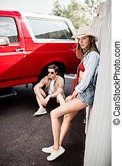 el par posar, al lado de, coche de la vendimia