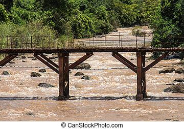 el, puente viejo, encima, el, río, con, el, agua, rushing.