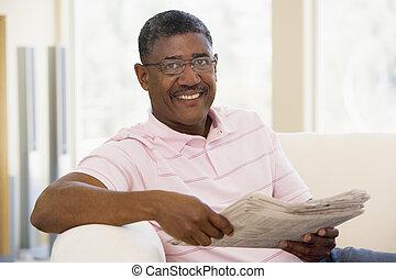 el relajar del hombre, con, un, periódico, sonriente