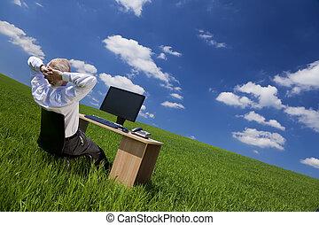 el relajar del hombre, en, escritorio de oficina, en, un, campo verde
