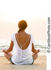el sentarse en la playa, en, salida del sol