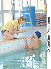 el suyo, centro, nadador, ocio, hablar, entrenador, poolside