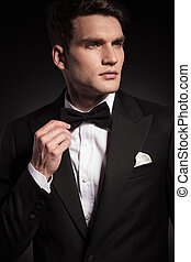 el suyo, fijación, joven, elegante, bowtie., hombre, guapo