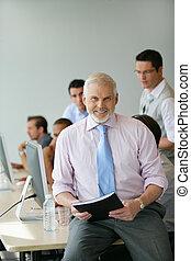 el suyo, sentado, equipo, director, escritorio, frente, 3º edad