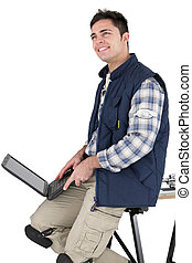 el suyo, trabajando, computador portatil, albañil, artesano, feliz