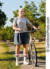 el van ragadtatva, senior woman, álló, noha, neki, bicikli