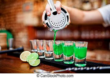 el verter, primer plano, barman, bebida alcohólica, mano,...